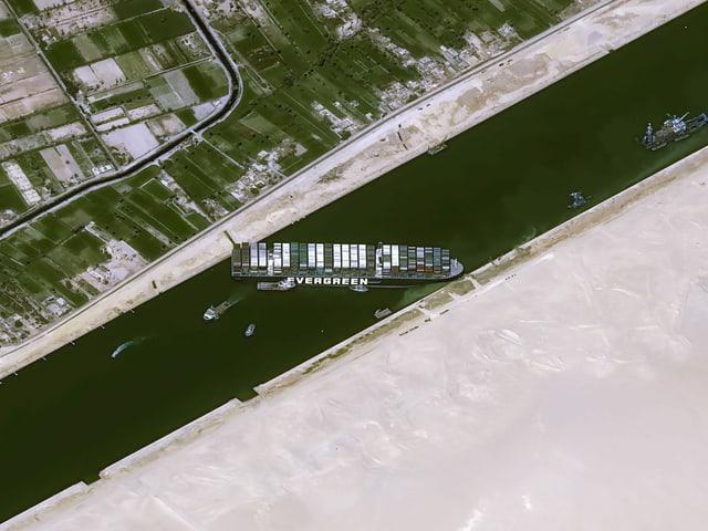 Satelliten-Bilder zeigen die missliche Lage des Riesenschiffs im Suezkanal.
