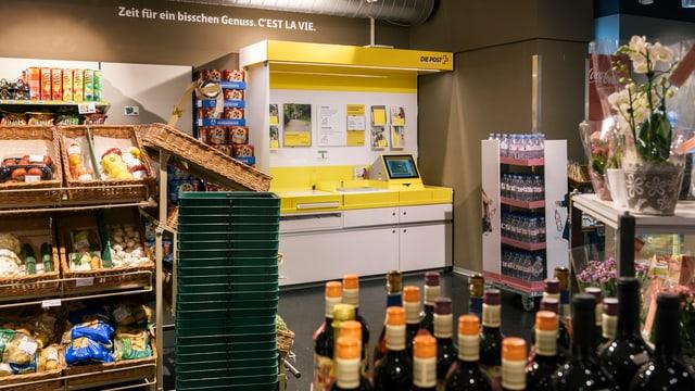 Ein Postschalter in einem Lebensmittelladen.