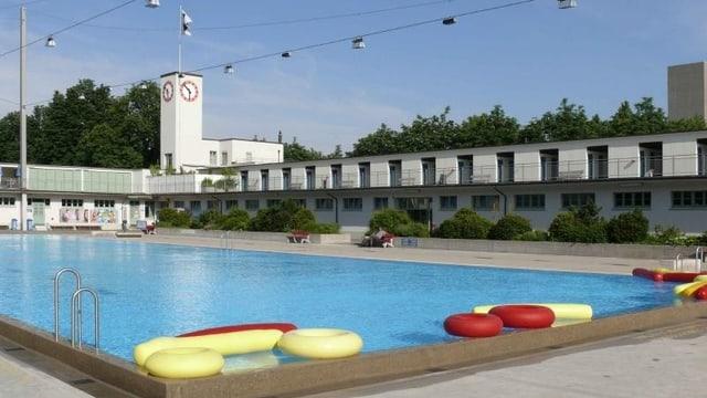 Leeres Gartenbad, blaues Schwimmbecken mit Schwimmreifen
