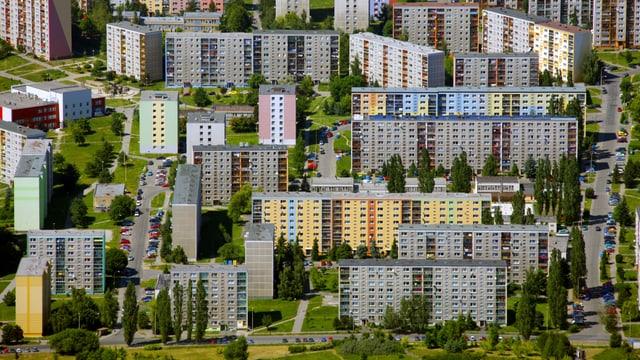 Eine Siedlung von grauen Plattenbauten