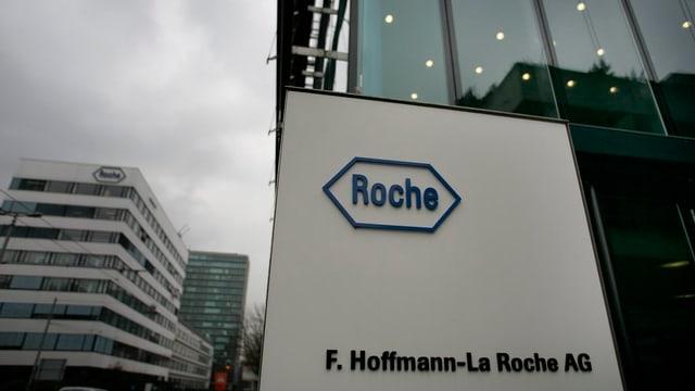 Tabla cun logo da Roche avant l'entrada dal concern a Basilea.