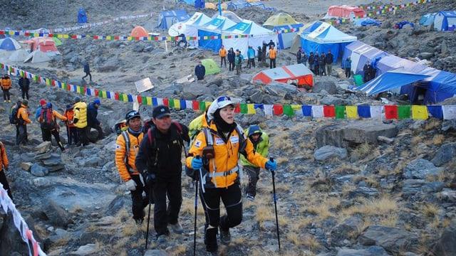 Alpinists sin via sin in dals culms en il Himalaya.