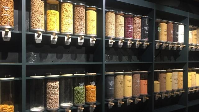 """Offene Lebensmittel in Glasbehältern im Unverpackt-Laden """"Foifi"""""""