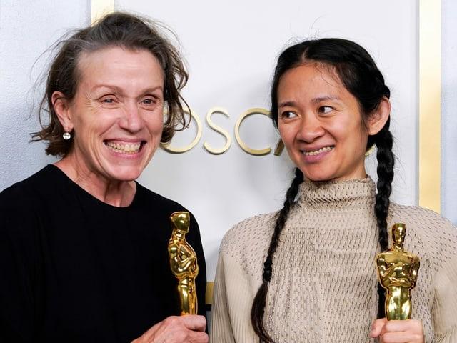 Zwei Frauen mit je einem Oscar in der Hand