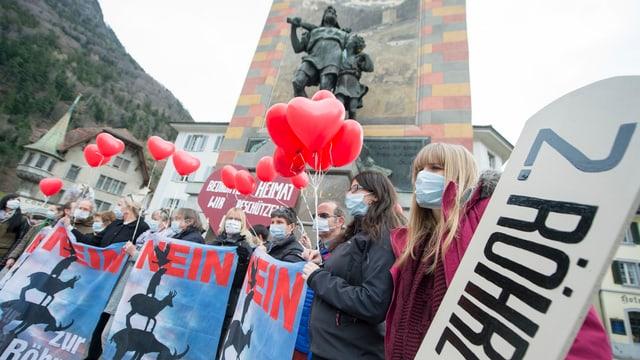 Demonstration gegen die zweite Gotthard-Röhre vor dem Tell-Denkmal in Altdorf.