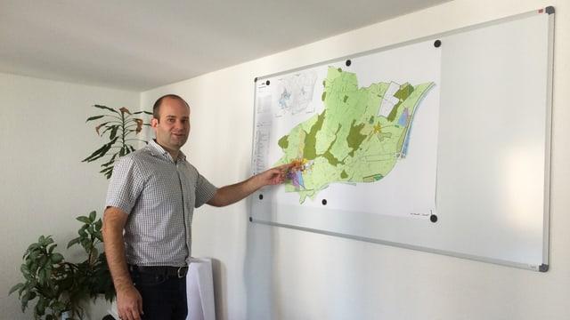 Fabian Peter vor einer Karte der Gemeinde