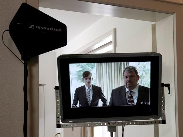 Fernseher mit Mike Müller und Kollege im Bild.