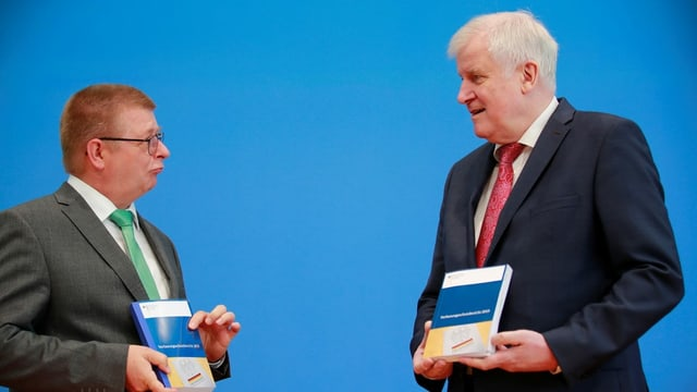 Bundesinnenminister Horst Seehofer (CSU) und Verfassungsschutzpräsident Thomas Haldenwang stellen in Berlin den Verfassungsschutzbericht 2019 vor.