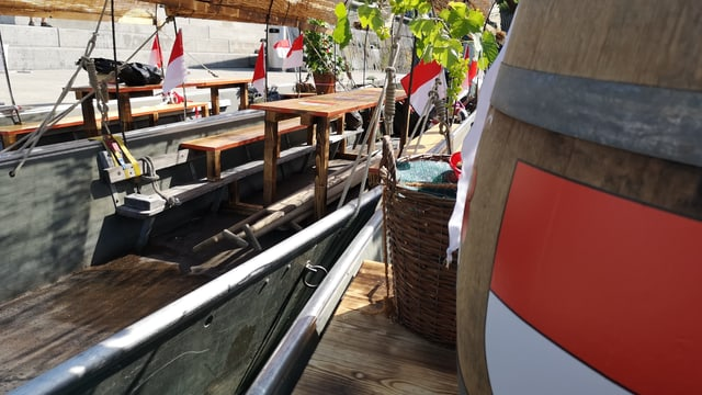 Tisch und Bänke auf Boot.