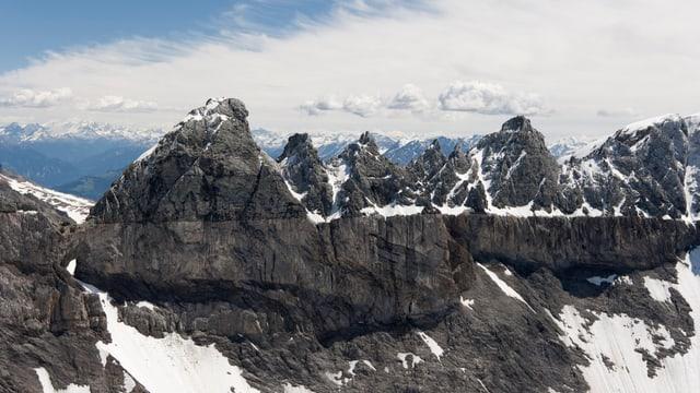 Berge mit gut sichtbarer Überschiebungslinie