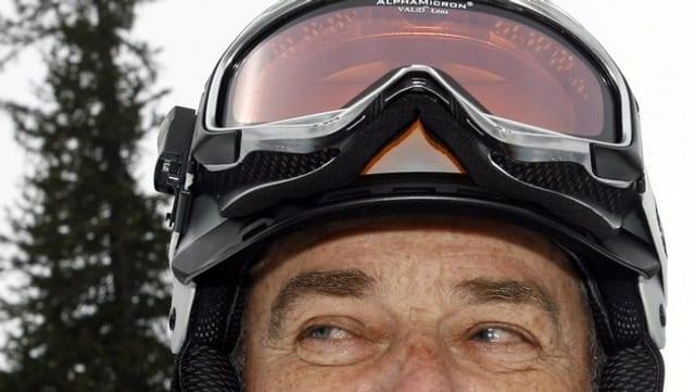 Porträt Adolf Ogi mit skihelm guckt nach links