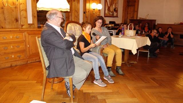 Annina Jenal, la victura da la categoria 5./6. classa prelegia ses text en il hotel Piz Mitgel a Savognin.