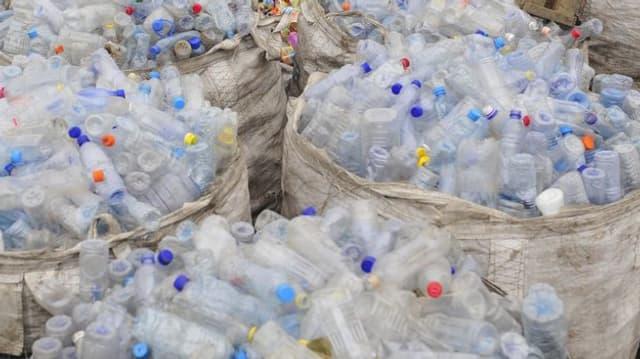 Blick auf Säcke mit leeren Plastikflaschen