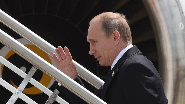 Putin betritt Flugzeug über Gangway.