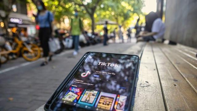Auf einem Smartphone ist die Tiktok-App zu sehen.