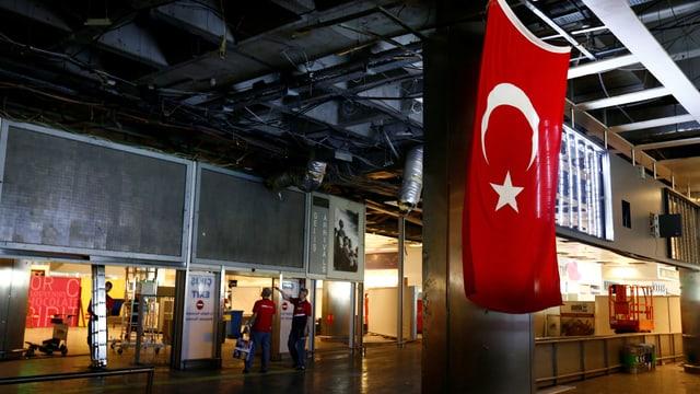 Türkei-Flagge am Flughafen.