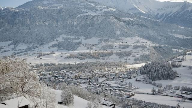 Panorame von oben: Ilanz im Schnee