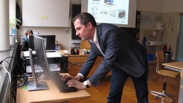 Sekundarlehrer und Informatikkoordinator Mario Hartman an einem Schulcomputer.