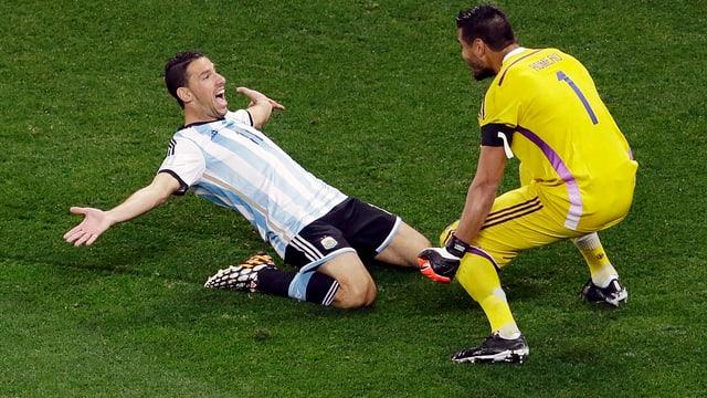 Maxi Rodriguez und Goalie Romero freuen sich.