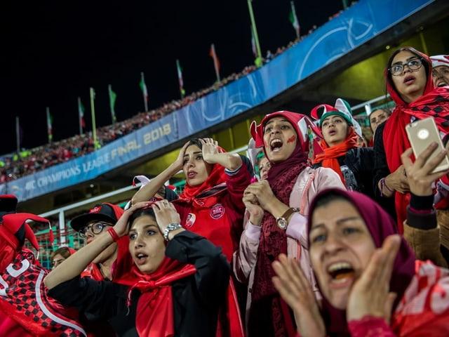 Weibliche iranische Fans.