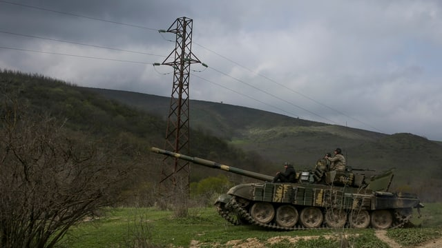 Char armà en la regiun da la muntogna da Karabach.