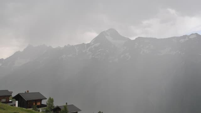 Im Wallis verhinderten Wolken und Schauer noch höhere Temperaturen, wie hier auf der Lauchernalp im Lötschental.