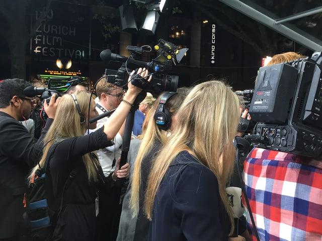 Kamerateams aus dem In- und Ausland warten am grünen Teppich auf Prominenz aus dem In- und Ausland.