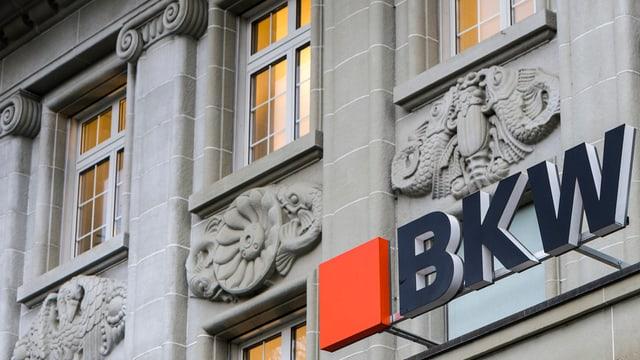 Das Logo der BKW am Hauptsitz.