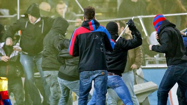 Basler Hooligans gehen mit Eisenstangen auf Aarauer Hooligans los