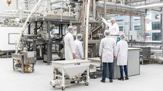 Viele Leute arbeiten in einem Labor an der Nudel der Zukunft.