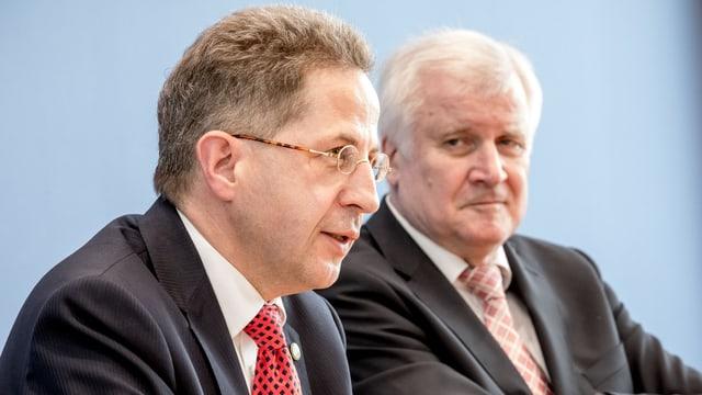 Zwei Männer an einer Medienkonferenz.