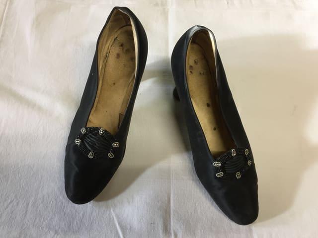 Alte schwarze Damenschuhe