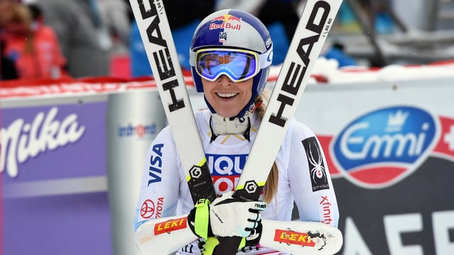 Lindsey Vonn tegn ses skis avant ella.