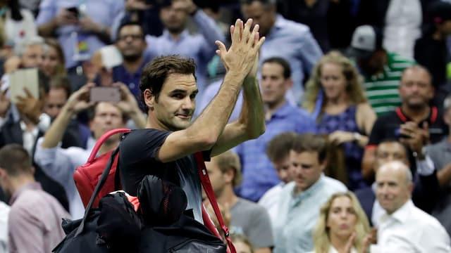 purtret da Roger Federer che sblatscha ils mauns