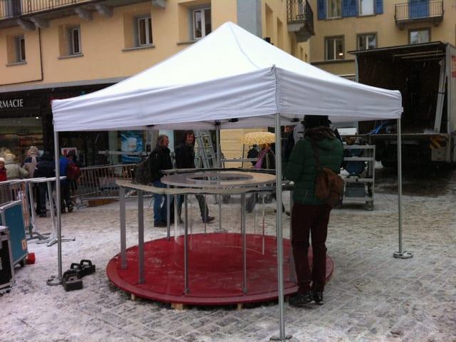 Aufgebaut wird bereits einen Tag vor der Sendung. Damit der Tisch nicht zugeschneit wird, kriegt er zum Schutz ein Zelt.
