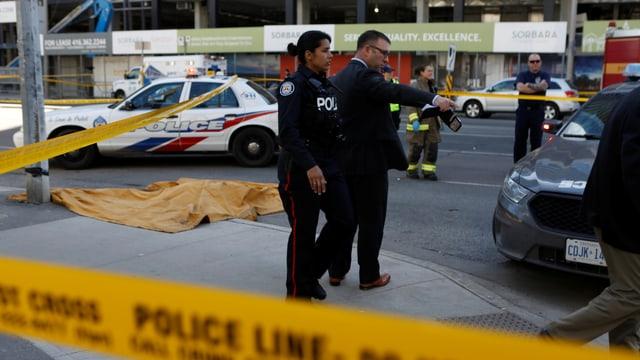 Polizisten sperren den Ort der Amokfahrt in Toronto ab.