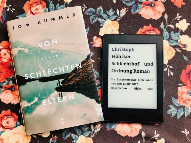 Die beiden Romane «Von schlechten Eltern» von Tom Kummer und «Schlachthof und Ordnung» von Christoph Höhtker liegen auf einem geblümten Kissen