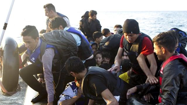 Fugitivs da l'Afghanistan arrivan sin l'insla greca Lesbos.