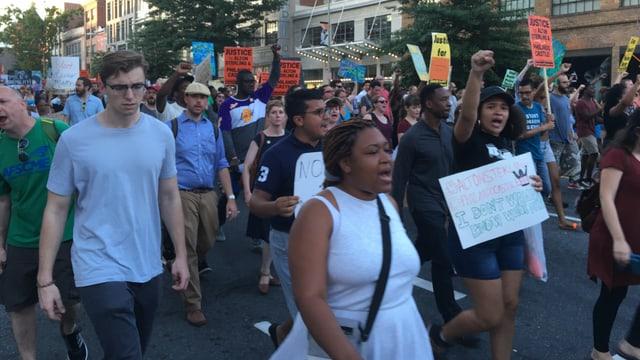 Demonstranten beim Protestmarsch.