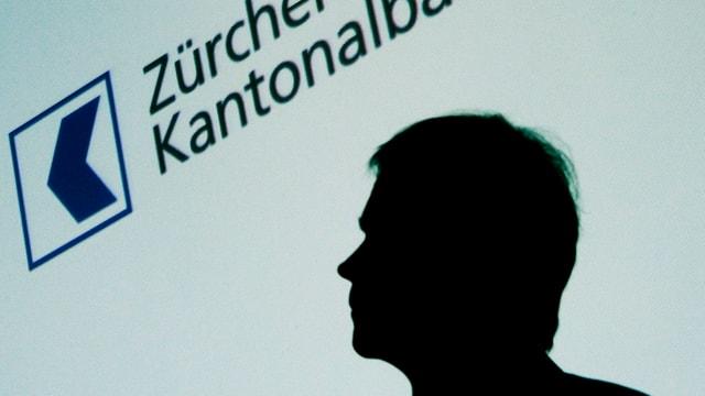 Schatten-Umriss von ZKB-Chef Martin Scholl vor dem ZKB Logo