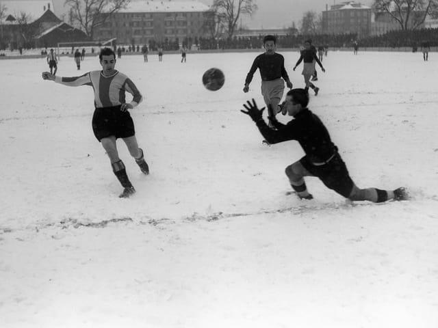 Fussballspiel im Schnee
