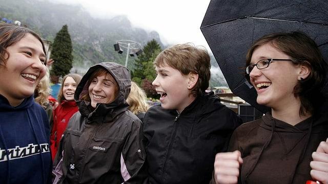 Junge Frauen lachen.