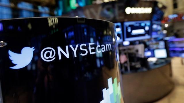 Twitter-Emblem an US-Börsenschild