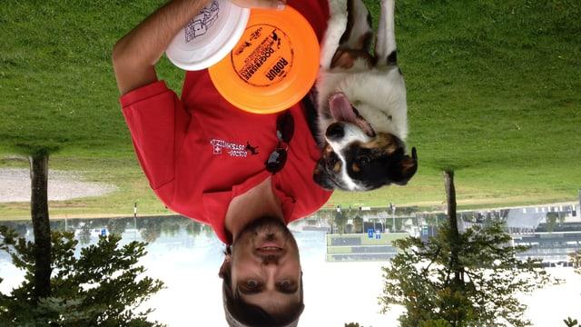 Alen Soldic mit seiner Hündin auf dem  Hundefrisbee-Trainingsplatz in St. Gallen.