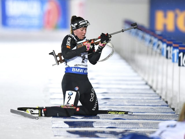 Lena Häcki am Schiessstand. Sie macht sich bereit zum ersten Schuss.