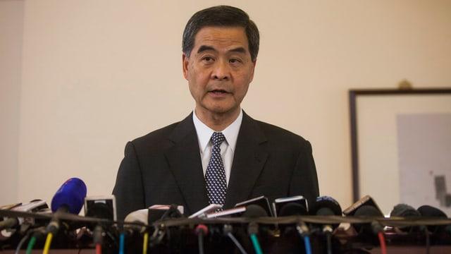Hongkongs Regierungschef Leung steht an einer Pressekonferenz Red und Antwort