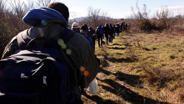 Migrants da l'Africa dal Vest en viadi datiers dal vitg Udovo en la Macedonia.