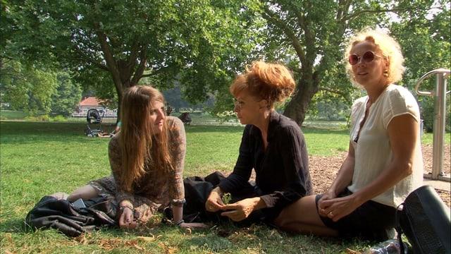 Drei Frauen auf der Wiese