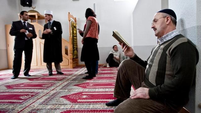Muslim liest im Koran.
