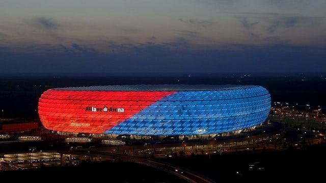 Fussballstadion von aussen, rot und blau beleuchtet